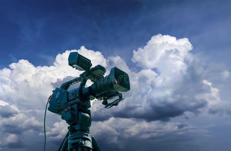 Επαγγελματικά βιντεοκάμερα σε ένα τρίποδο στοκ φωτογραφίες
