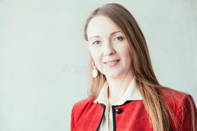 Επαγγελματική ακμάζουσα επιχειρησιακή γυναίκα επιτυχίας στοκ φωτογραφία