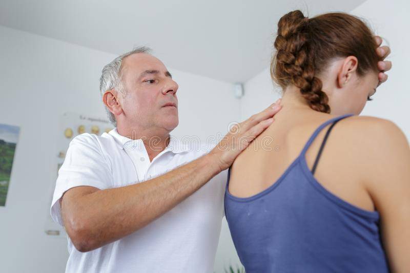 Επαγγελματική θεραπεία θεραπείας οστεοπάθειας στο θηλυκό ασθενή λαιμών στοκ φωτογραφία με δικαίωμα ελεύθερης χρήσης