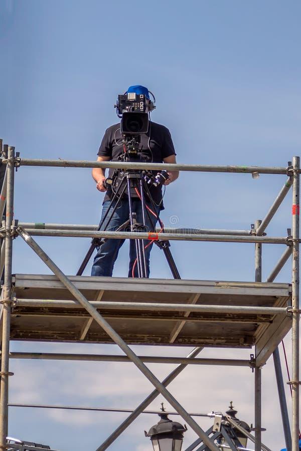 Επαγγελματική μαγνητοσκόπηση καμεραμάν σε μια πλατφόρμα στοκ φωτογραφία με δικαίωμα ελεύθερης χρήσης