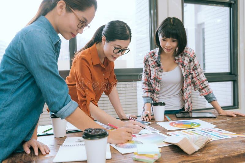 Επαγγελματική νέα συνεδρίαση των επιχειρησιακών ομάδων γυναικών στοκ φωτογραφίες
