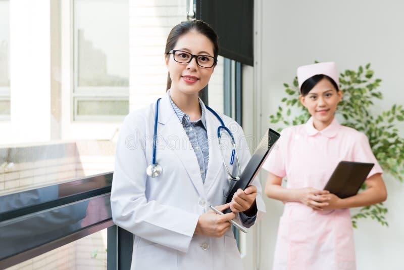 Επαγγελματική ομάδα νοσοκομείων που στέκεται στην αρχή στοκ εικόνες