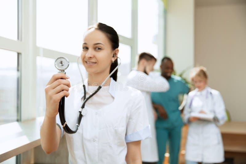 Οι άνθρωποι υγειονομικής περίθαλψης ομαδοποιούν Επαγγελματικοί γιατροί που εργάζονται στο γραφείο ή την κλινική νοσοκομείων στοκ εικόνες με δικαίωμα ελεύθερης χρήσης