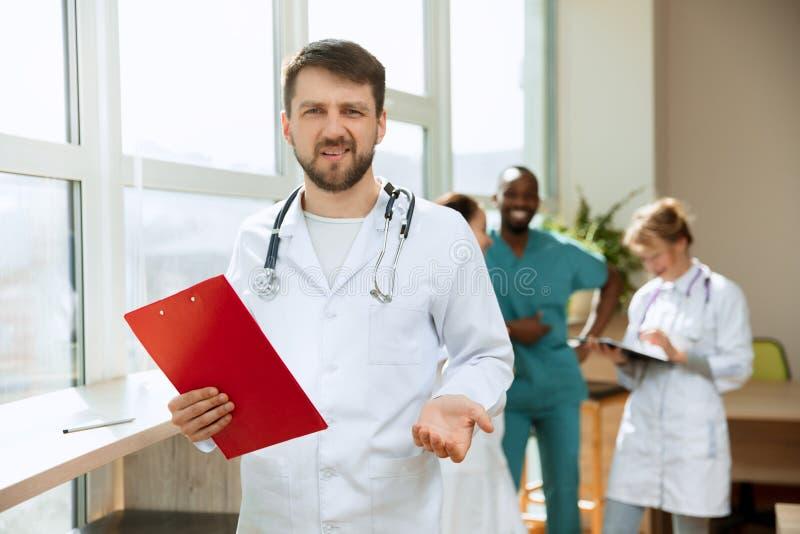 Οι άνθρωποι υγειονομικής περίθαλψης ομαδοποιούν Επαγγελματικοί γιατροί που εργάζονται στο γραφείο ή την κλινική νοσοκομείων στοκ εικόνες