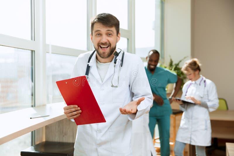 Οι άνθρωποι υγειονομικής περίθαλψης ομαδοποιούν Επαγγελματικοί γιατροί που εργάζονται στο γραφείο ή την κλινική νοσοκομείων στοκ φωτογραφίες με δικαίωμα ελεύθερης χρήσης