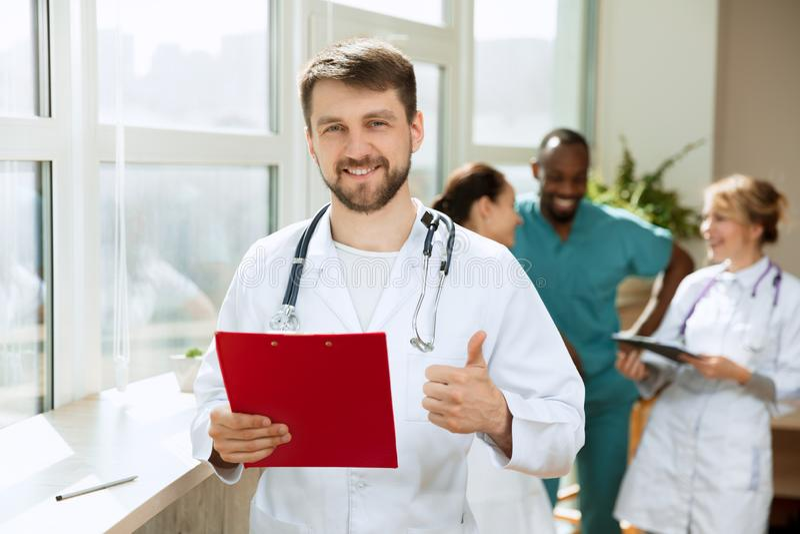 Οι άνθρωποι υγειονομικής περίθαλψης ομαδοποιούν Επαγγελματικοί γιατροί που εργάζονται στο γραφείο ή την κλινική νοσοκομείων στοκ εικόνα
