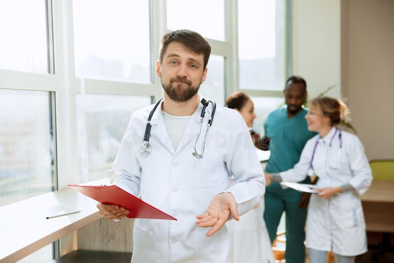Οι άνθρωποι υγειονομικής περίθαλψης ομαδοποιούν Επαγγελματικοί γιατροί που εργάζονται στο γραφείο ή την κλινική νοσοκομείων στοκ φωτογραφία με δικαίωμα ελεύθερης χρήσης