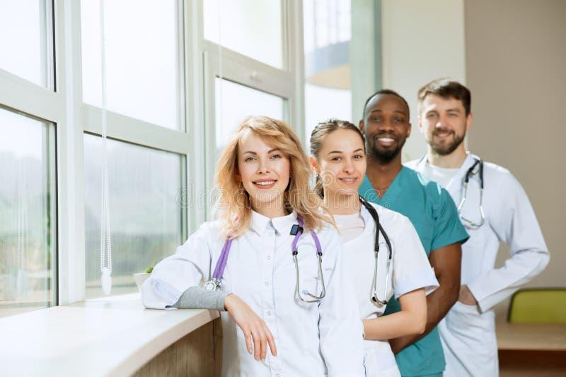 Οι άνθρωποι υγειονομικής περίθαλψης ομαδοποιούν Επαγγελματικοί γιατροί που εργάζονται στο γραφείο ή την κλινική νοσοκομείων στοκ φωτογραφία