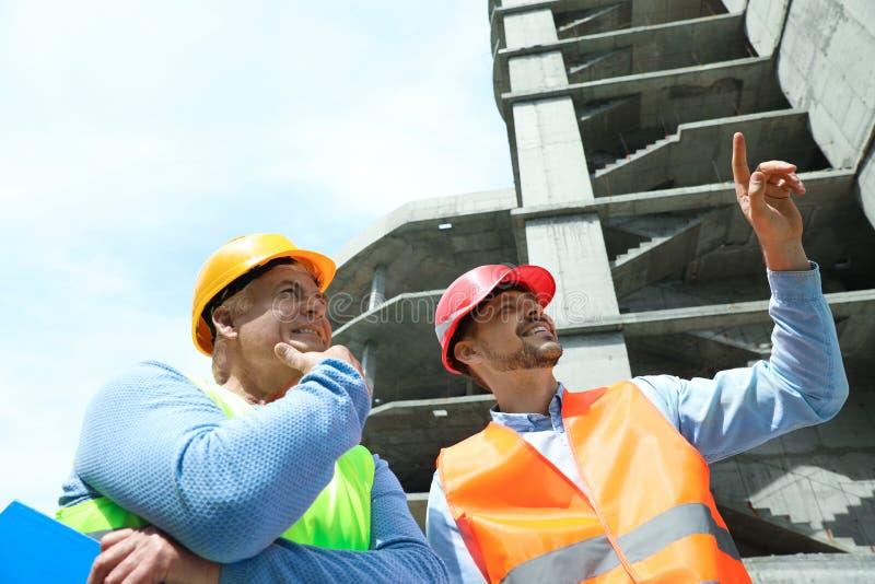 Επαγγελματικοί μηχανικοί στον εξοπλισμό ασφάλειας στοκ εικόνα