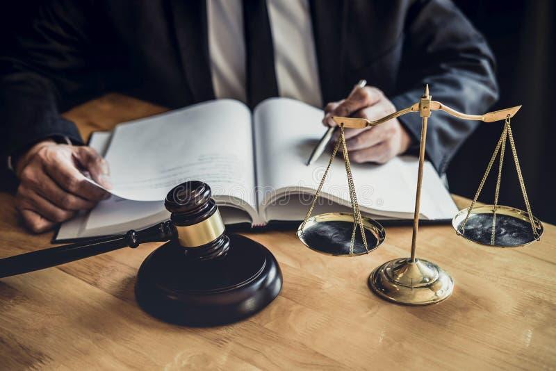 Επαγγελματικός αρσενικός δικηγόρος ή δικαστής που εργάζεται με τα έγγραφα, τα έγγραφα και gavel και τις κλίμακες συμβάσεων της δι στοκ εικόνες