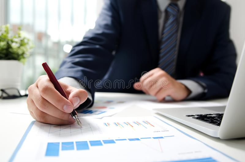 Επαγγελματικός διευθυντής που εργάζεται με το έγγραφο χρηματοδότησης στοκ εικόνες με δικαίωμα ελεύθερης χρήσης