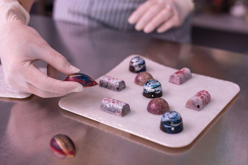 Επαγγελματικός ζαχαροπλάστης που κατασκευάζει τα πολύ δημιουργικά γλυκά σοκολάτας στοκ φωτογραφίες με δικαίωμα ελεύθερης χρήσης