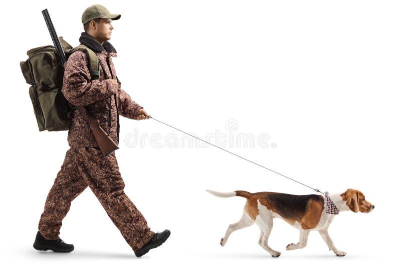 Επαγγελματικός κυνηγός που περπατά με ένα σκυλί λαγωνικών στοκ φωτογραφίες με δικαίωμα ελεύθερης χρήσης