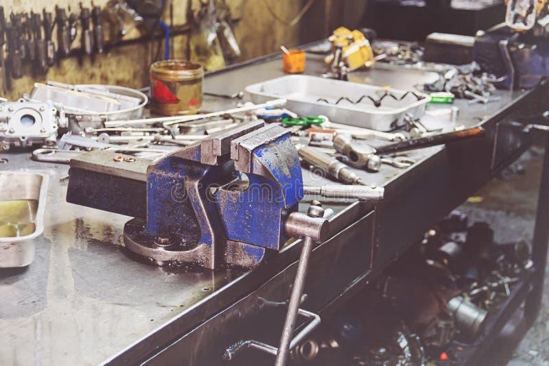 Επαγγελματικός μηχανικός που χρησιμοποιεί τα διαφορετικά εργαλεία για στην αυτόματη υπηρεσία επισκευής στοκ φωτογραφία με δικαίωμα ελεύθερης χρήσης
