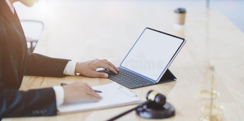Επαγγελματικός νομικός υπάλληλος που εξετάζει τα έγγραφα διακανονισμού, τις συμβάσεις και την επιχειρηματική συμφωνία στοκ φωτογραφία με δικαίωμα ελεύθερης χρήσης