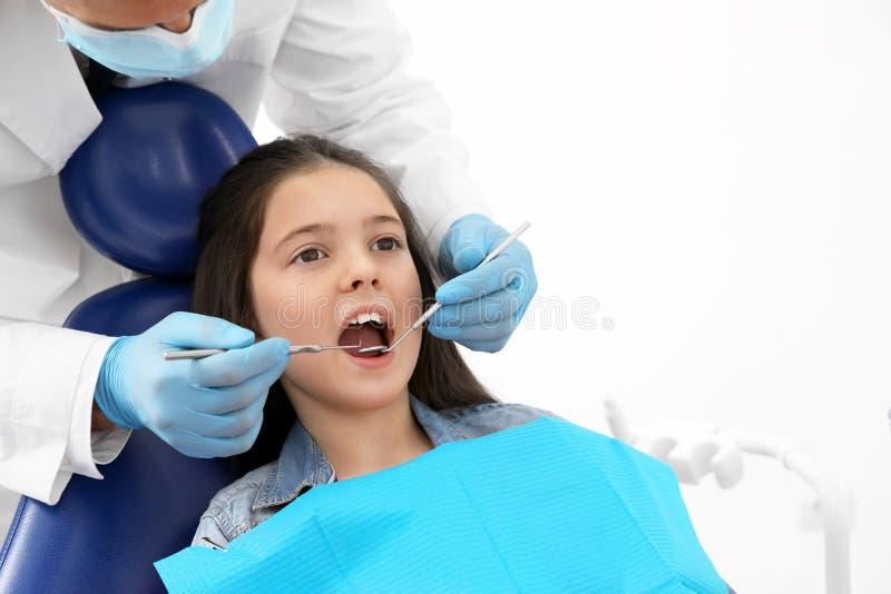Επαγγελματικός οδοντίατρος που συνεργάζεται με το μικρό κορίτσι r στοκ φωτογραφίες με δικαίωμα ελεύθερης χρήσης