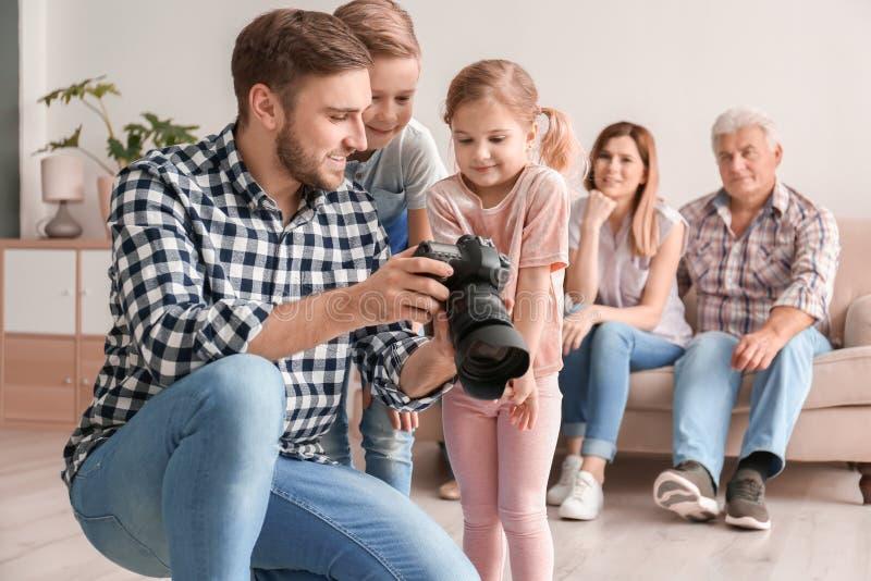 Επαγγελματικός φωτογράφος με τη κάμερα και παιδάκια στοκ φωτογραφία με δικαίωμα ελεύθερης χρήσης