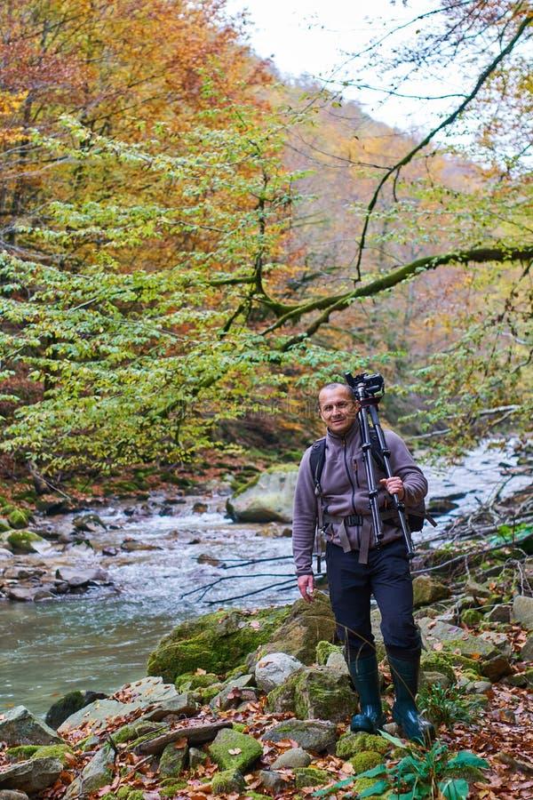 Επαγγελματικός φωτογράφος φύσης με τη κάμερα στο τρίποδο στοκ φωτογραφία με δικαίωμα ελεύθερης χρήσης