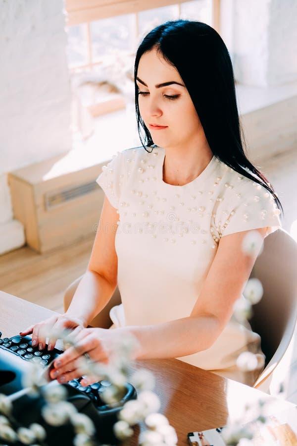 Επαγγελματικό επάγγελμα Γραμματέας στα άσπρα έγγραφα δακτυλογράφησης φορεμάτων στοκ εικόνες με δικαίωμα ελεύθερης χρήσης