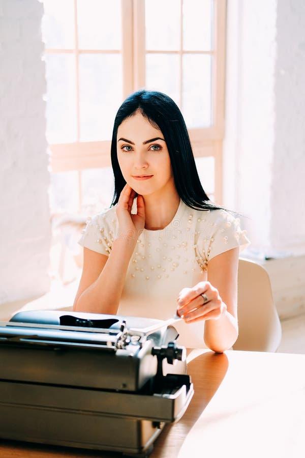Επαγγελματικό επάγγελμα Γραμματέας στα άσπρα έγγραφα δακτυλογράφησης φορεμάτων στοκ φωτογραφίες με δικαίωμα ελεύθερης χρήσης