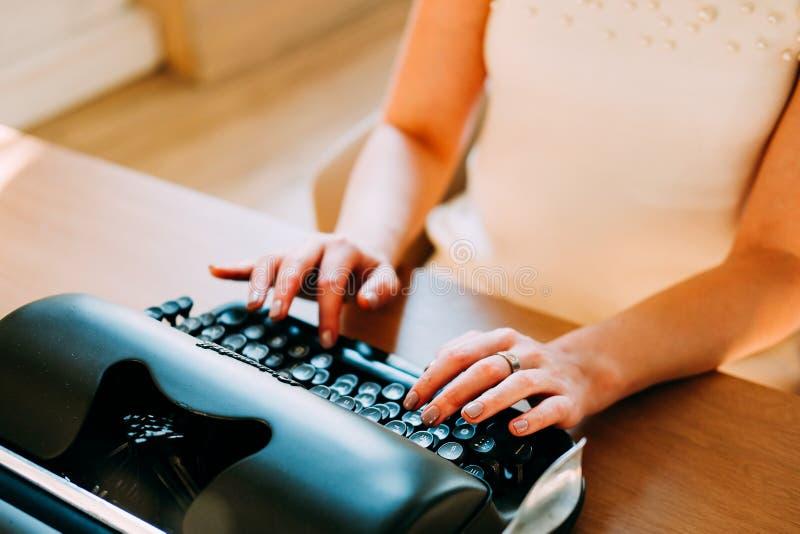 Επαγγελματικό επάγγελμα Γραμματέας στα άσπρα έγγραφα δακτυλογράφησης φορεμάτων στοκ εικόνα