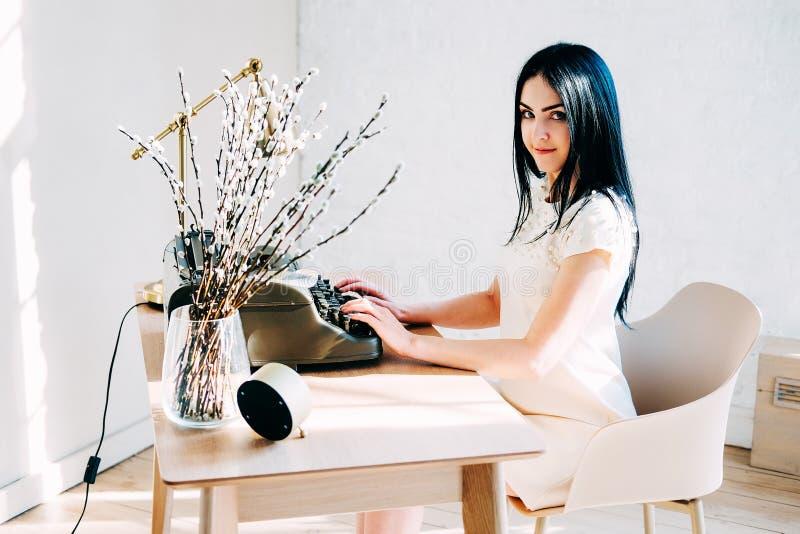 Επαγγελματικό επάγγελμα Γραμματέας στα άσπρα έγγραφα δακτυλογράφησης φορεμάτων στοκ φωτογραφία με δικαίωμα ελεύθερης χρήσης