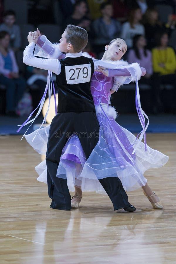 Επαγγελματικό ζεύγος χορού που εκτελεί το ευρωπαϊκό πρόγραμμα στοκ φωτογραφία με δικαίωμα ελεύθερης χρήσης