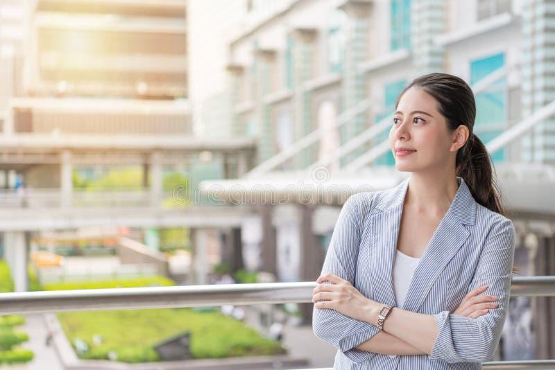 Επαγγελματικό κοίταγμα γυναικών επιχειρησιακών γραφείων στοκ εικόνες με δικαίωμα ελεύθερης χρήσης