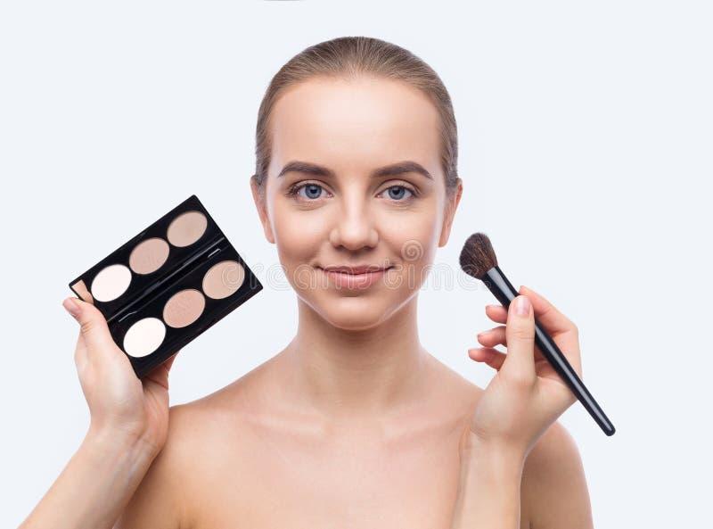 Επαγγελματικό να ισχύσει καλλιτεχνών visage αποτελεί στην όμορφη γυναίκα στοκ εικόνες