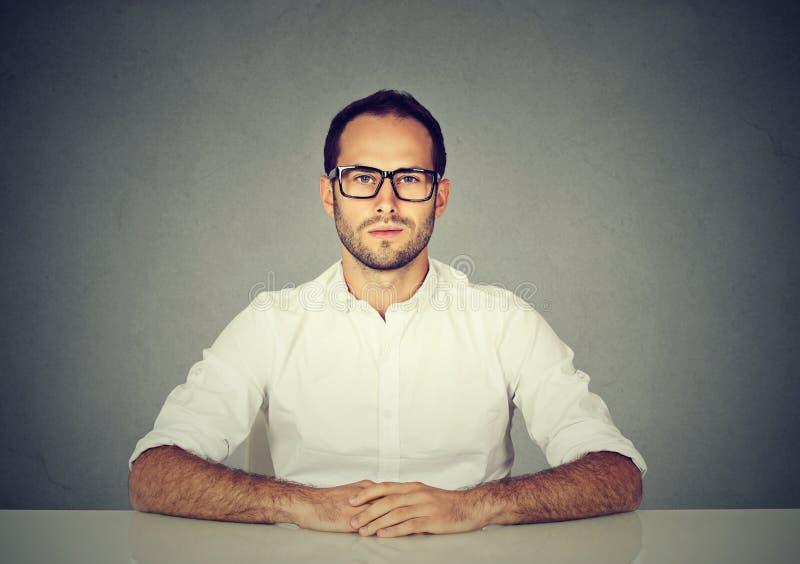 Επαγγελματικό σοβαρό άτομο στα γυαλιά στοκ φωτογραφία