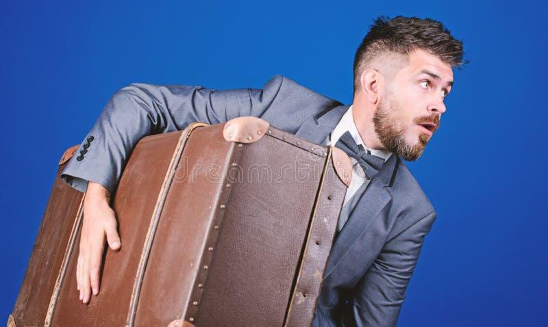 Επαγγελματικό ταξίδι με την αναδρομική βαλίτσα βαριά τσάντα ώριμος ταξιδιώτης μοντέρνο esthete με την εκλεκτής ποιότητας τσάντα γ στοκ φωτογραφία με δικαίωμα ελεύθερης χρήσης