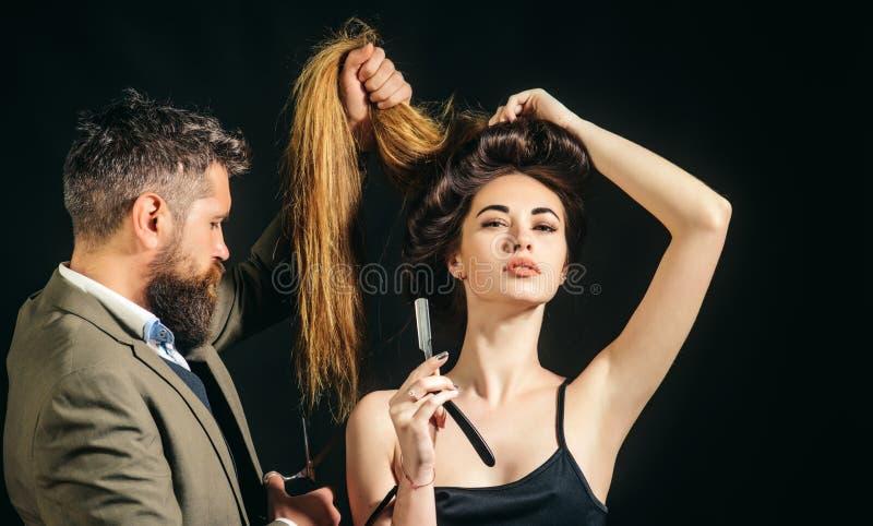 Επαγγελματικό hairstylist στο εσωτερικό barbershop Η προετοιμασία τρίχας είναι ακριβώς για το ορμώντας σκάσιμο Γενειοφόρος μοντέρ στοκ εικόνα με δικαίωμα ελεύθερης χρήσης
