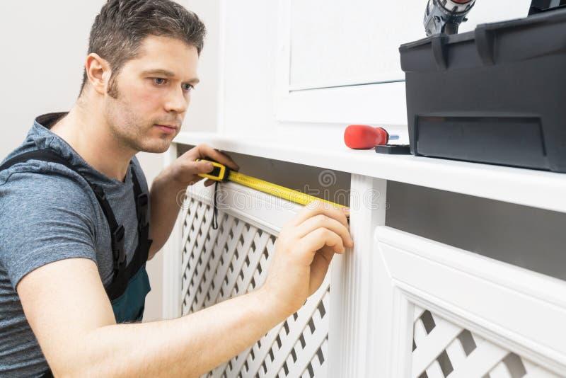 Επαγγελματικό handyman συγκεντρώνοντας γραφείο θερμαντικών σωμάτων στοκ φωτογραφία με δικαίωμα ελεύθερης χρήσης