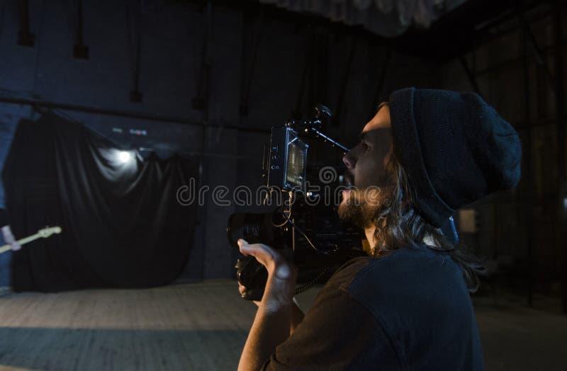 Επαγγελματικό videographer που χρησιμοποιεί τα ψηφιακά βιντεοκάμερα κινηματογράφων για τη μαγνητοσκόπηση ένα μουσικό βίντεο στοκ φωτογραφίες με δικαίωμα ελεύθερης χρήσης
