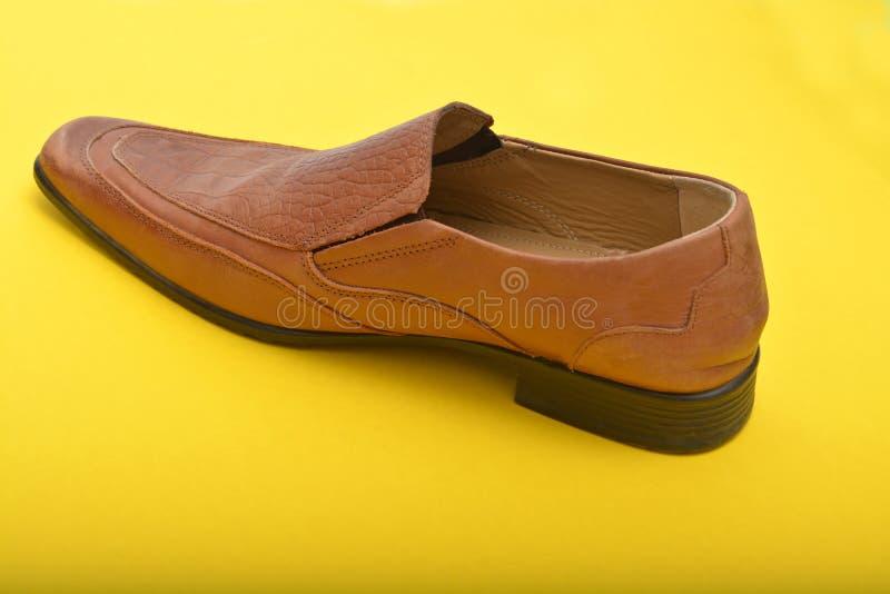 Επαγγελματικά παπούτσια ατόμων που απομονώνονται στο κίτρινο υπόβαθρο στοκ εικόνα με δικαίωμα ελεύθερης χρήσης