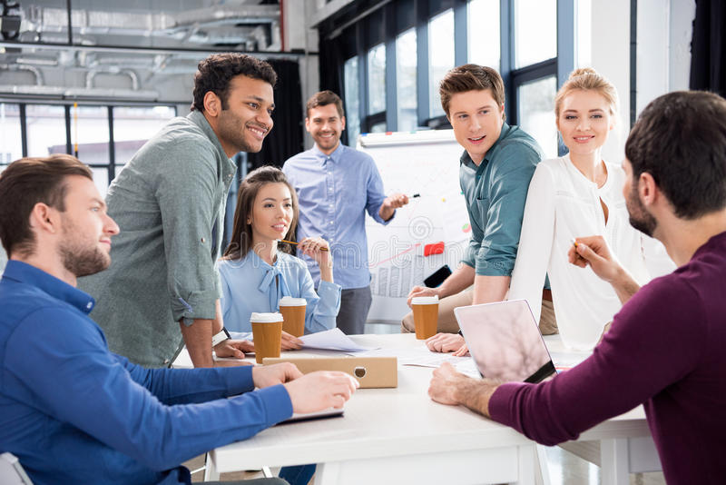 Επαγγελματικά συζήτηση και 'brainstorming' businesspeople μαζί στον εργασιακό χώρο στην αρχή στοκ φωτογραφίες