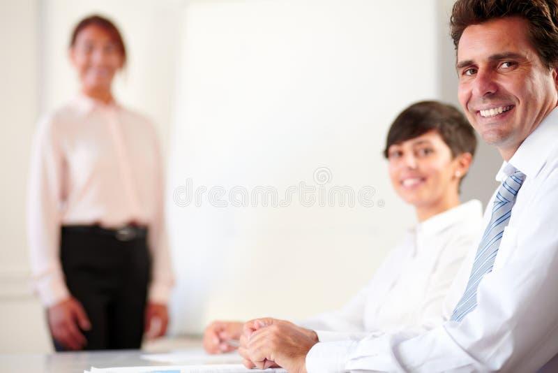 Επαγγελματική εκτελεστική ομάδα που χαμογελά σε σας στοκ φωτογραφίες με δικαίωμα ελεύθερης χρήσης