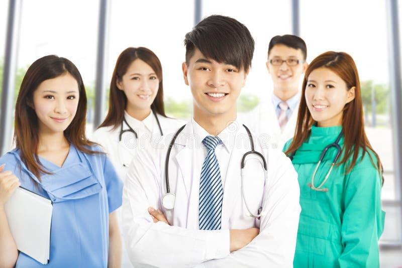 Επαγγελματική ομάδα ιατρών που στέκεται στην κλινική ή το νοσοκομείο στοκ φωτογραφίες