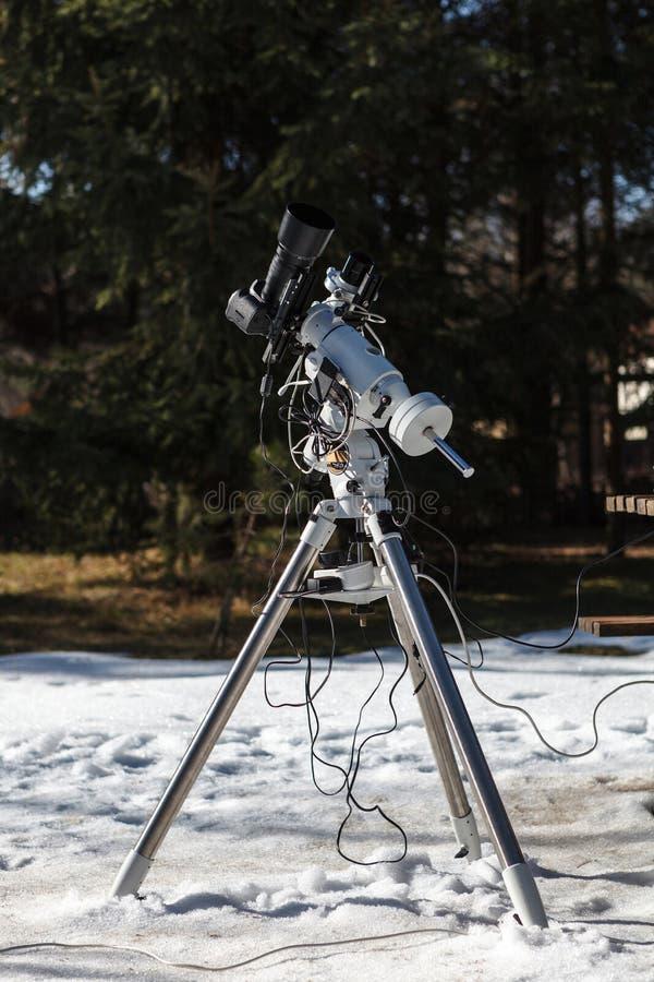 Επαγγελματική οργάνωση astrophotography που εξοπλίζεται με τη κάμερα DSLR, το φακό telephoto και guider το πεδίο στοκ εικόνα με δικαίωμα ελεύθερης χρήσης