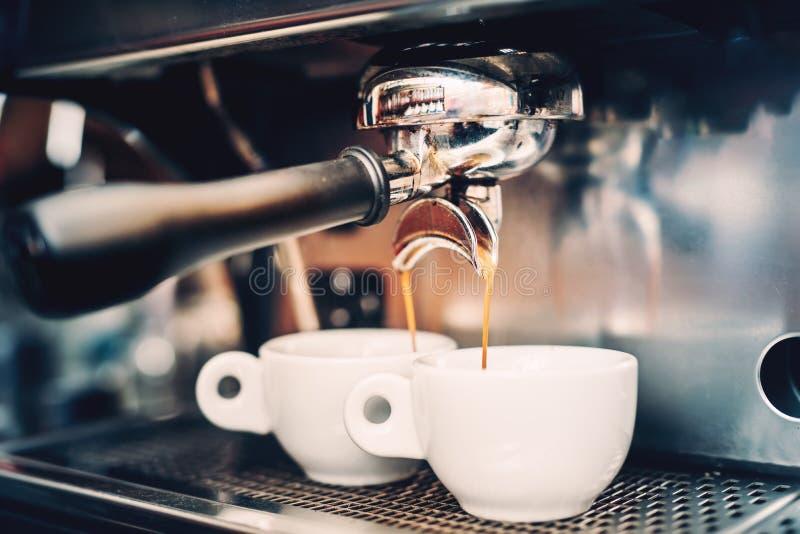 Επαγγελματική παρασκευή - λεπτομέρειες καφέ Έκχυση καφέ Espresso από τη μηχανή espresso Λεπτομέρειες Barista στον καφέ στοκ φωτογραφίες