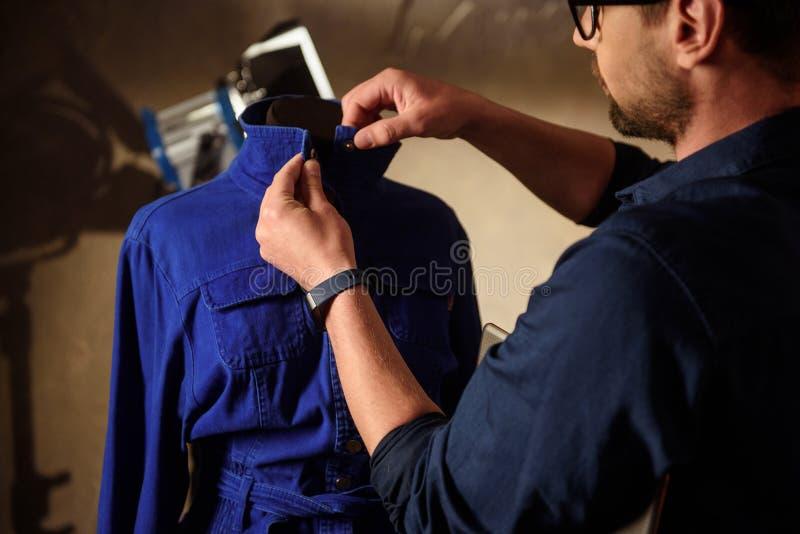 Επαγγελματικός αρσενικός ιματισμός σχεδίου διαμόρφωσης στιλίστων στοκ εικόνα με δικαίωμα ελεύθερης χρήσης