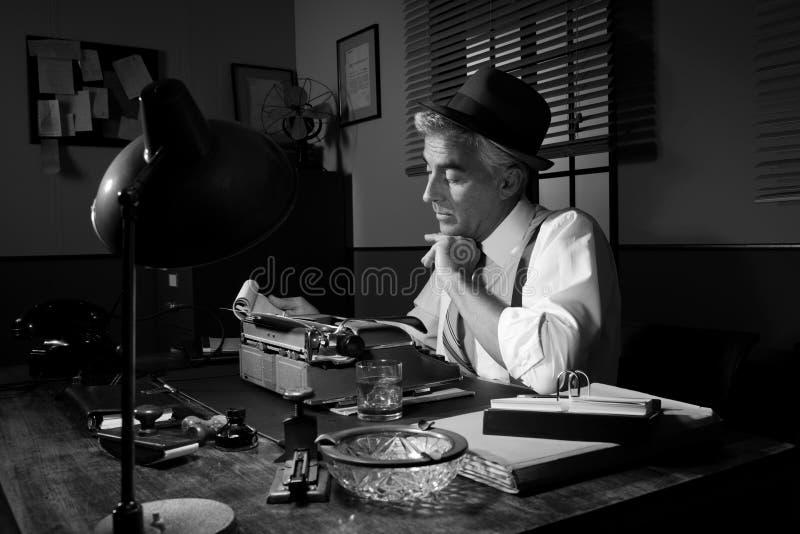 Επαγγελματικός δημοσιογράφος που εργάζεται αργά τη νύχτα στοκ φωτογραφία με δικαίωμα ελεύθερης χρήσης