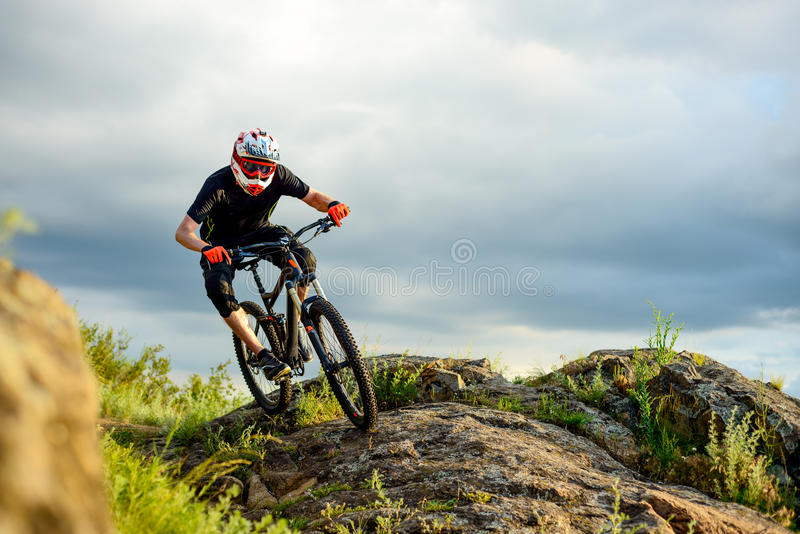 Επαγγελματικός ποδηλάτης που οδηγά το ποδήλατο στο δύσκολο ίχνος ακραίος αθλητισμός στοκ φωτογραφίες