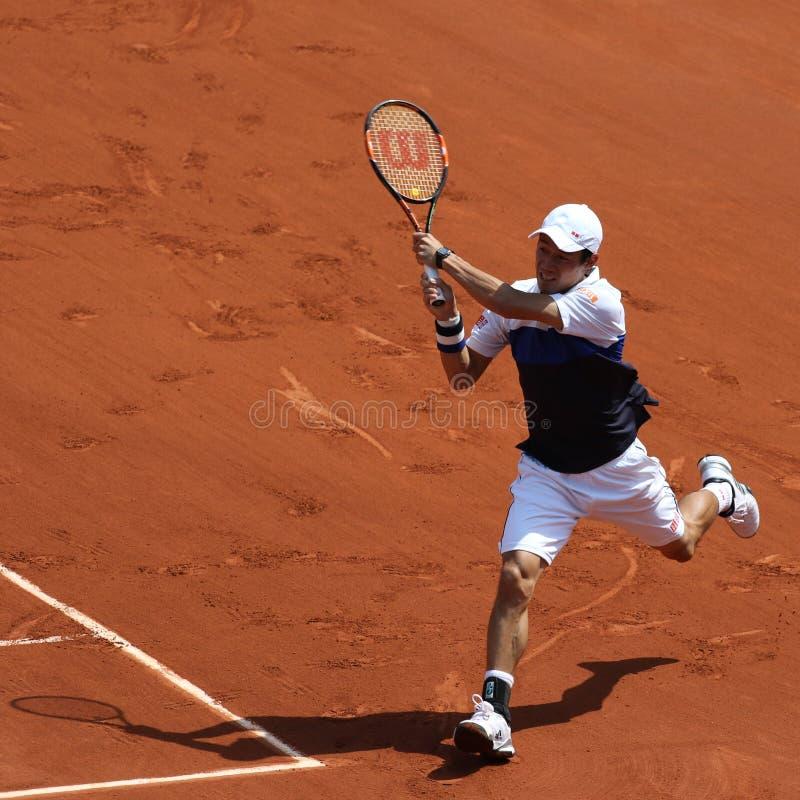Επαγγελματικός τενίστας Kei Nishikori της Ιαπωνίας κατά τη διάρκεια της δεύτερης στρογγυλής αντιστοιχίας στο Roland Garros 2015 στοκ εικόνες