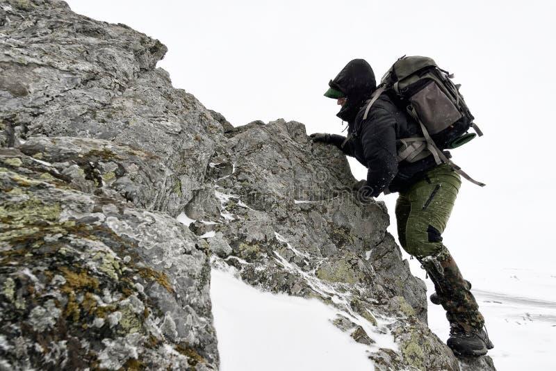 Επαγγελματικός φωτογράφος υπαίθριος το χειμώνα στοκ εικόνα