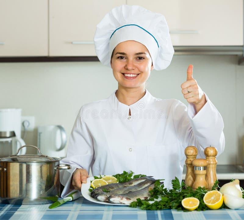 Επαγγελματικό σκουμπρί μαγειρέματος αρχιμαγείρων στοκ φωτογραφία με δικαίωμα ελεύθερης χρήσης