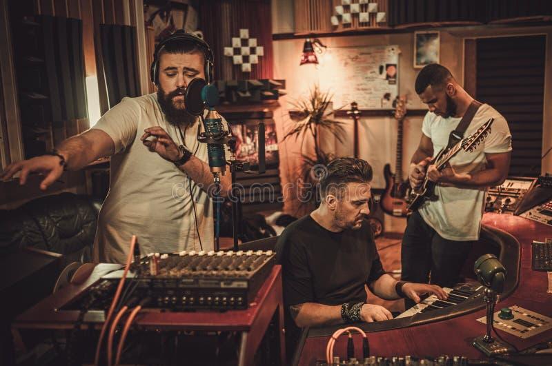 Επαγγελματικό τραγούδι καταγραφής ζωνών μουσικής στο στούντιο καταγραφής μπουτίκ στοκ εικόνα με δικαίωμα ελεύθερης χρήσης