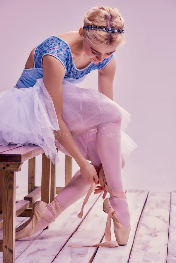 Επαγγελματικό ballerina που βάζει στα παπούτσια μπαλέτου της στοκ εικόνα με δικαίωμα ελεύθερης χρήσης