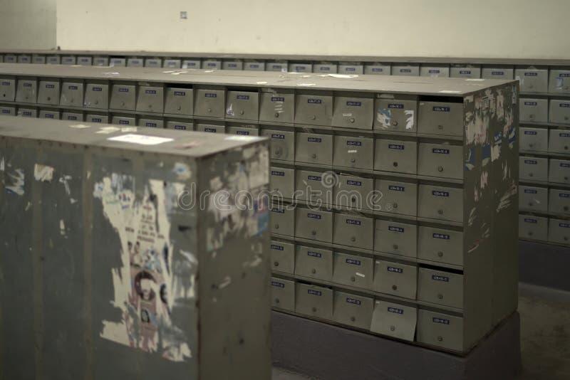 Επαναλαμβανόμενο σχέδιο ταχυδρομικών θυρίδων παρόμοιο με τις δομικές μονάδες κατοικίας στοκ φωτογραφία