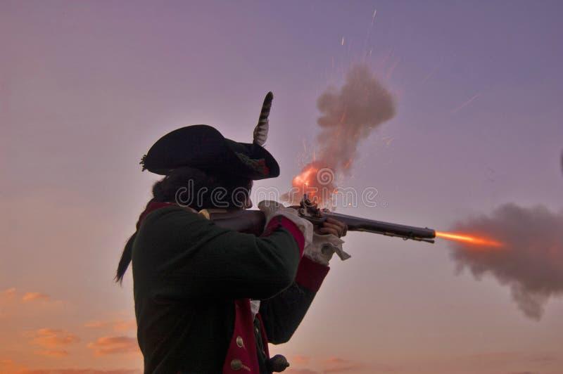 Επαναστατικό μουσκέτο πυρκαγιών πολεμικού Reenactor στοκ εικόνες